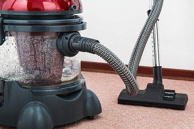 Le nettoyage des moquettes par un professionnel de la propreté La moquette est un revêtement de sol particulièrement apprécié pour sa douceur, son élégance et son esprit chaleureux et cosy. Souvent choisi pour les halls et couloirs de bureaux, d'hébergements de vacances, de lieux de culture ou encore d'organismes administratifs, ce type de sol nécessite toutefois un entretien spécifique et régulier. Il s'agit en effet d'un revêtement textile sujet aux taches et à la coloration. Nos équipes de nettoyage sont formées et équipées pour réaliser un lavage de moquettes en bonne et due forme, en adéquation avec votre métier et votre planning de travail.